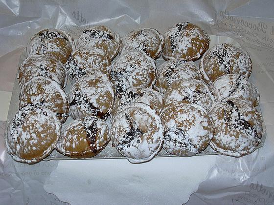 La ricetta dei bocconotti pugliesi ripieni di mandorle e cioccolata