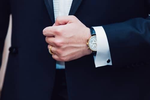 Bon ton dell'abbigliamento maschile e femminile: le regole per indossare l'orologio